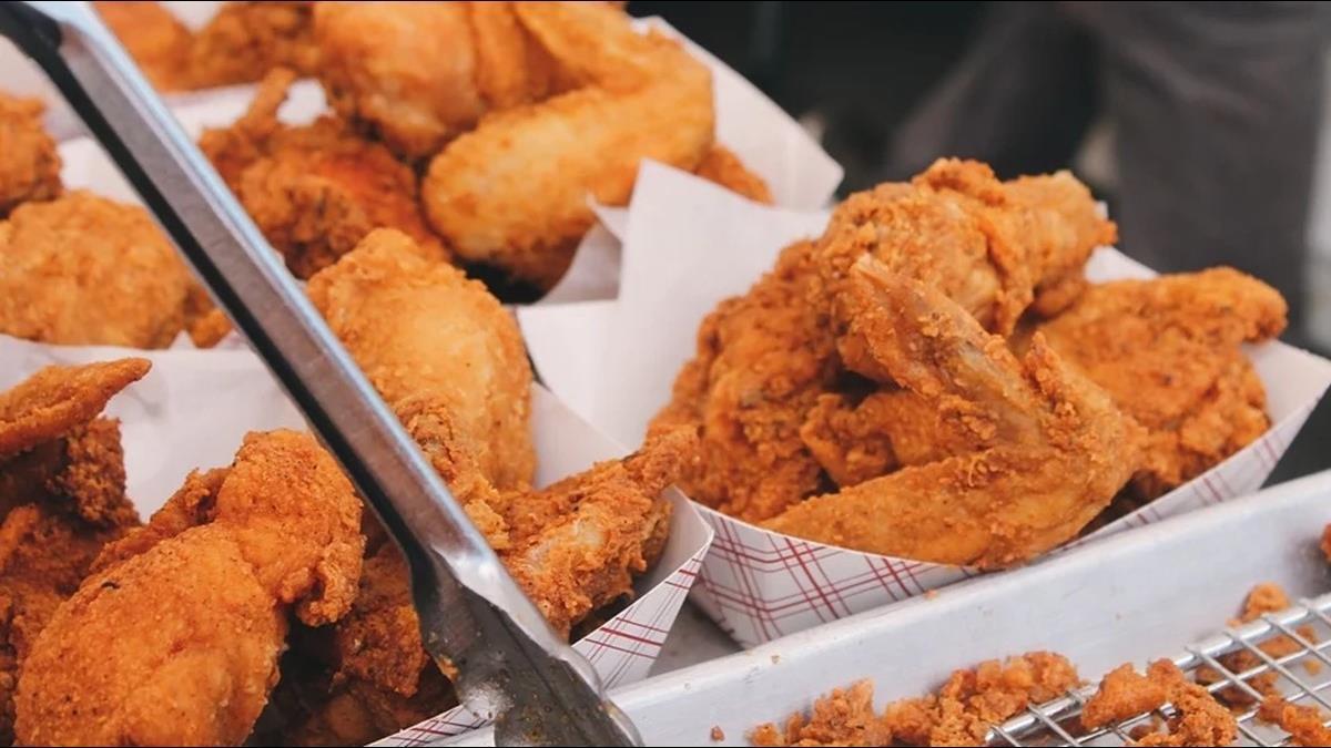雞要怎麼炸才好吃?科學完美鎖汁 網哀一片:螢幕好香