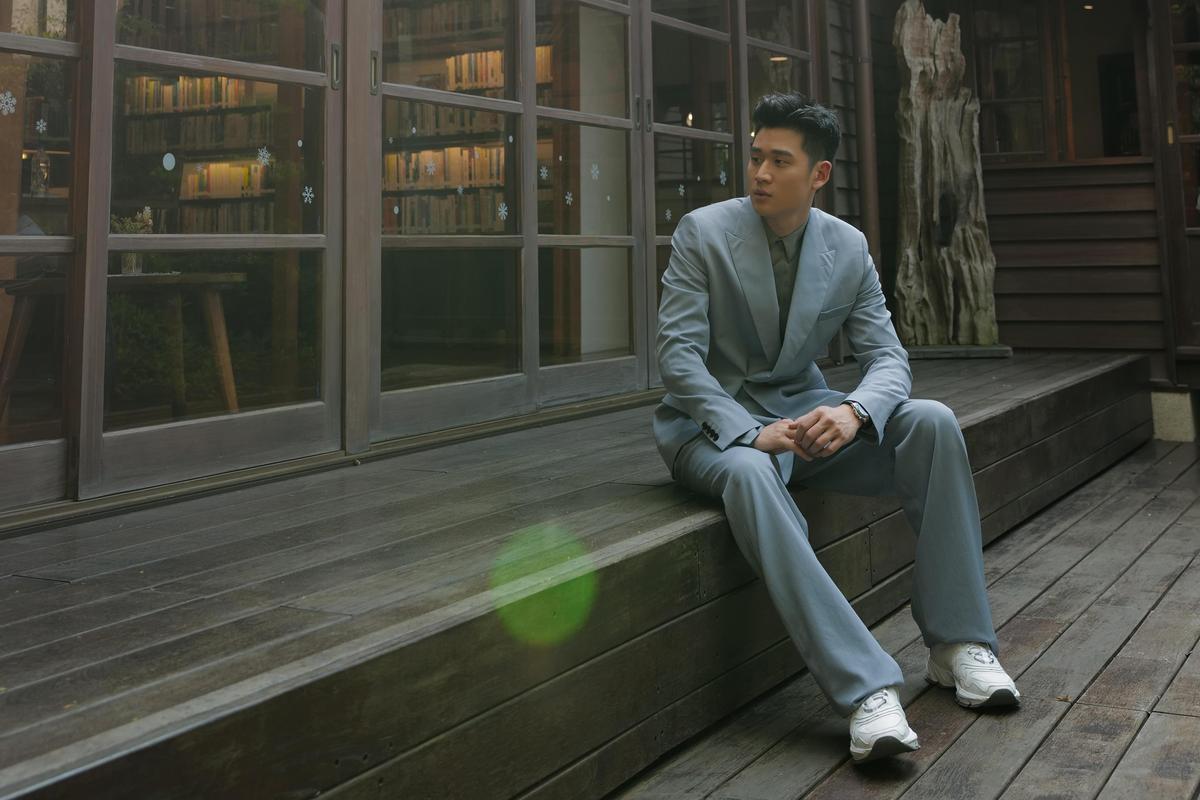 周興哲古蹟內放空示範新鞋 CD1粉色運動男鞋好吸睛