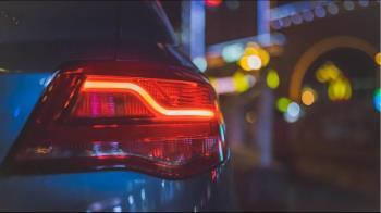 轎車遇大雨急打雙黃燈 大車司機氣嗆:哪家駕訓班教的?秒臉腫