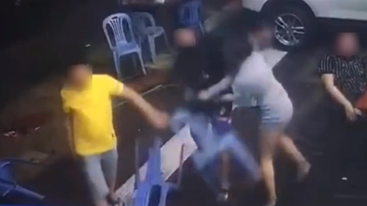 男友1秒被KO!短裙女路邊大戰2男 霸氣片流出