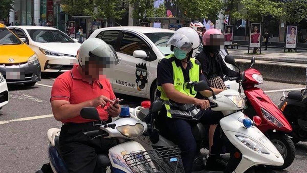 阿伯等紅燈狂滑手機!警察一旁跟著看...下場慘了
