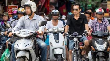 「騎車吃三明治」被罰1.2萬!他不服上訴獲判免罰原因曝