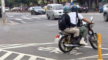 待轉區前後都是車道 機車騎士驚:不小心會被撞