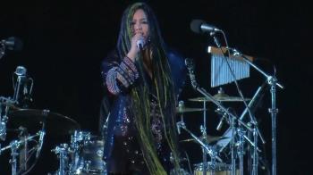 阿妹跨年演唱會突喊卡 向7萬粉絲道歉:我不是故意的