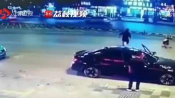 嬰兒車滑到馬路中央 勇男神速衝出攔截救命