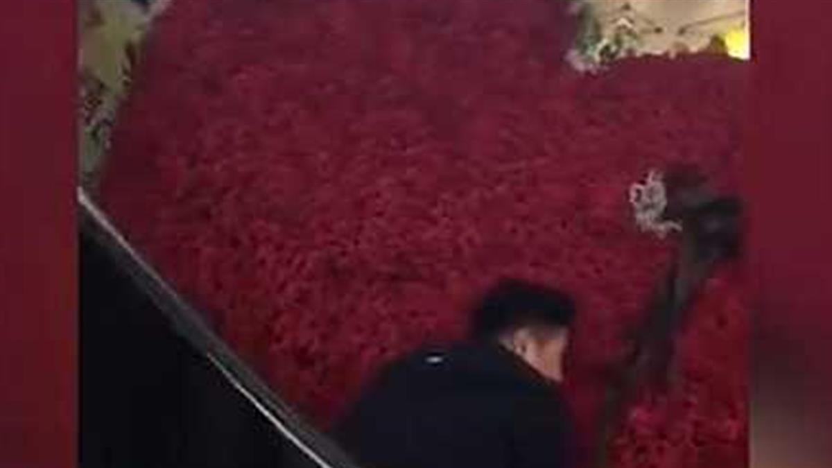 送1314朵玫瑰求復合 高調男運送過程失誤「心碎」滿地